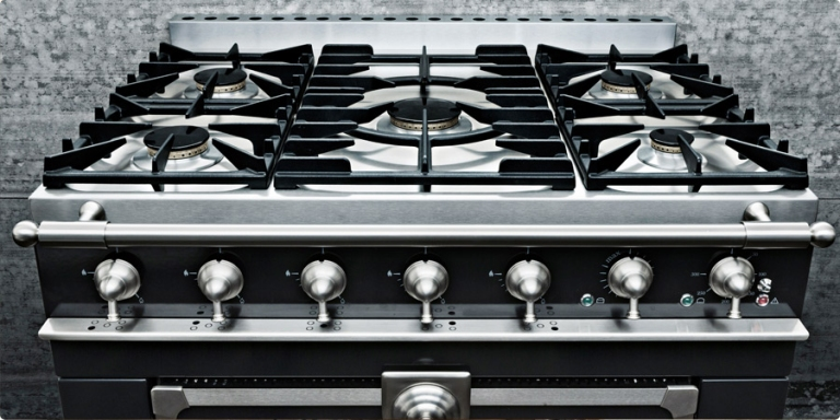 The powerful five-burner cooktop of the CornuFé 1908.