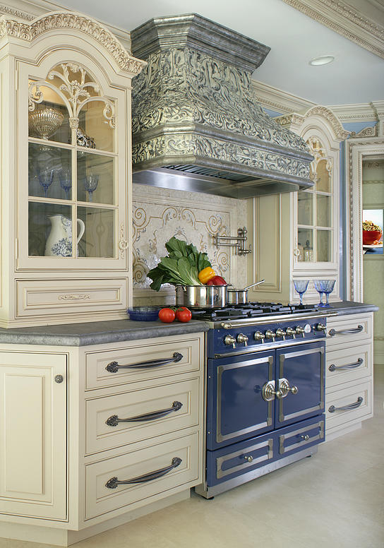 A stunning French blue La Cornue range in a Peter Salerno Inc. kitchen design. (Photo: Peter Rymwid, Peter Salerno Inc.)