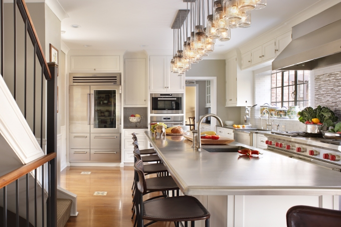 Transitional kitchen design, Peter Salerno Inc. 2017 (Photo: Peter Rymwid)